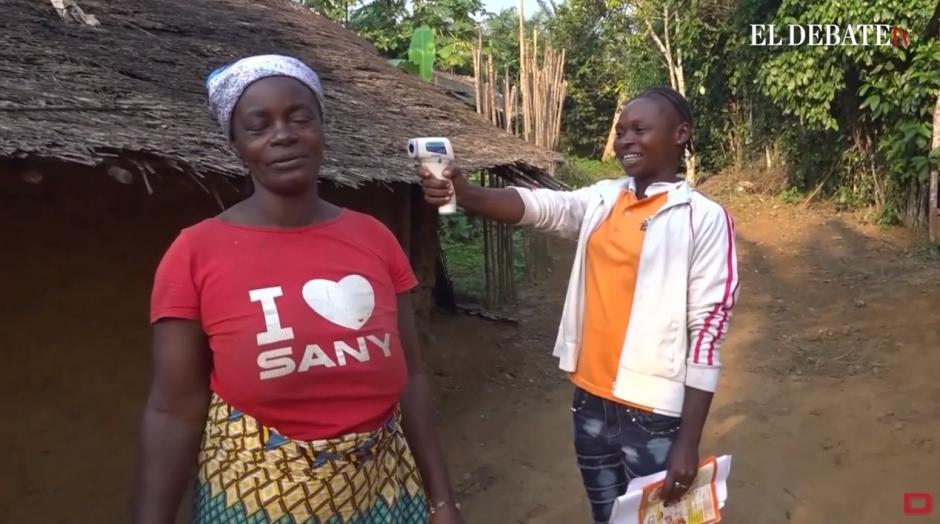 Dos mujeres se toman la temperatura con un termómetro digital en África