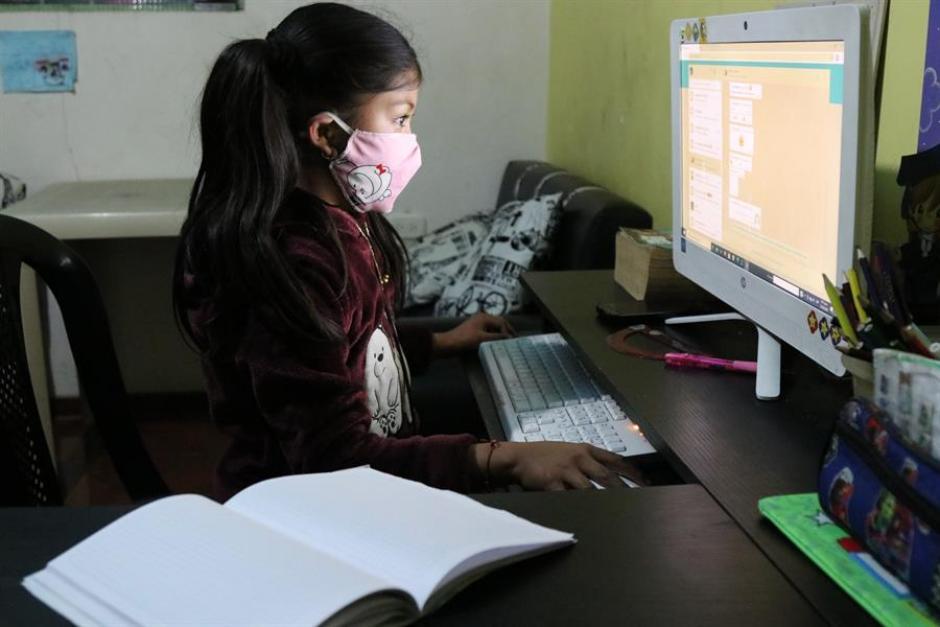 Alumna asiste de forma telemática a su clase durante el confinamiento