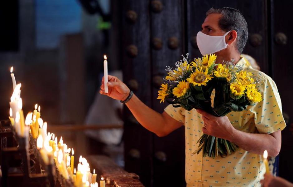 Un hombre pidiendo la intercesión de la Virgen en un templo católico