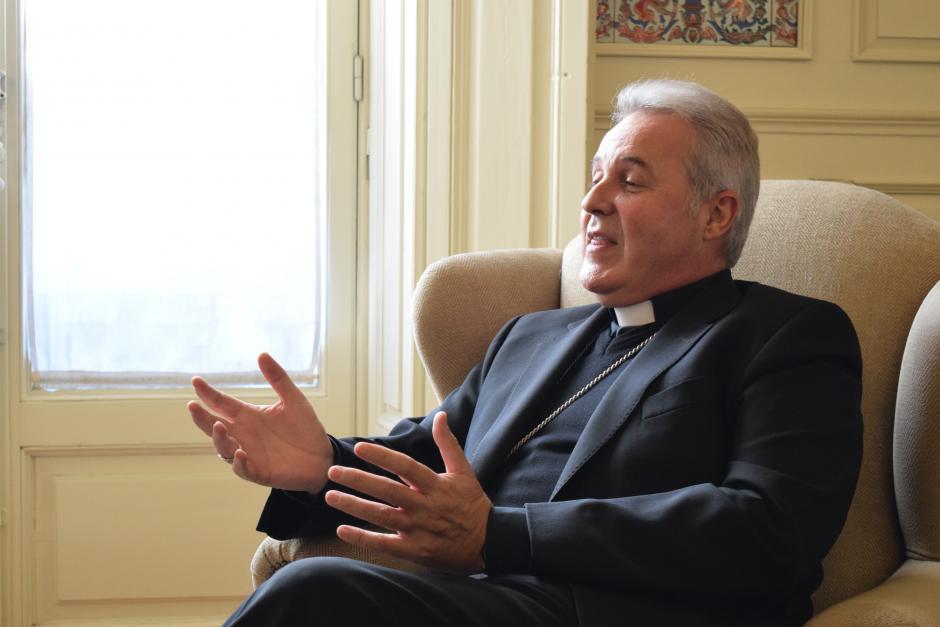Mario Iceta explicando el proceso sinodal que empieza la Iglesia