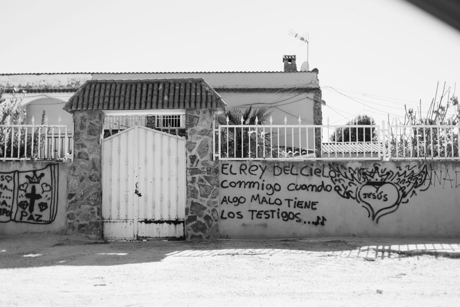 En la fachada de un templo evangélico en la Cañada Real