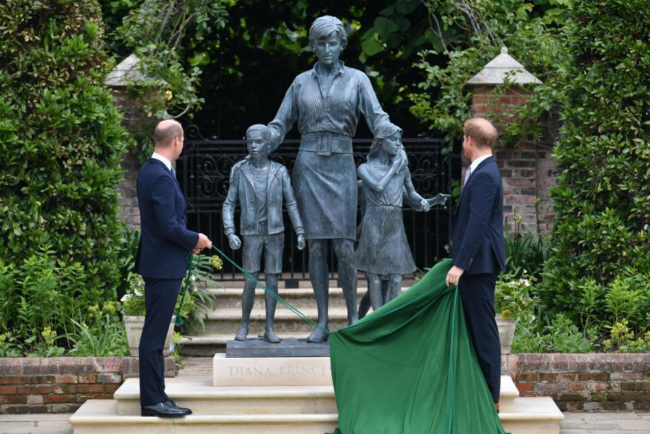 Los hermanos ante la estatua de su madre en los jardines de Kensington.