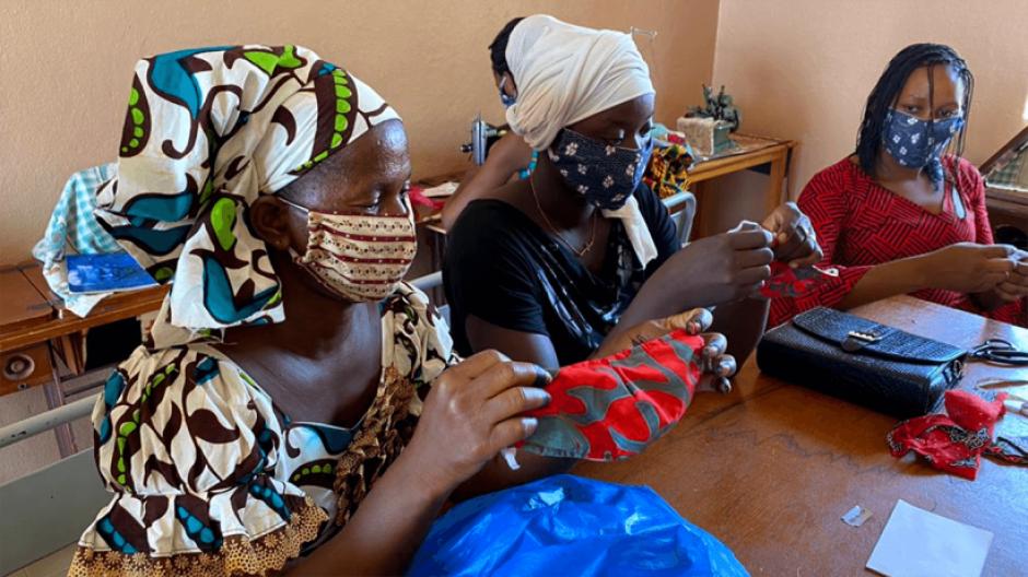 Mujeres en África elaborando mascarillas