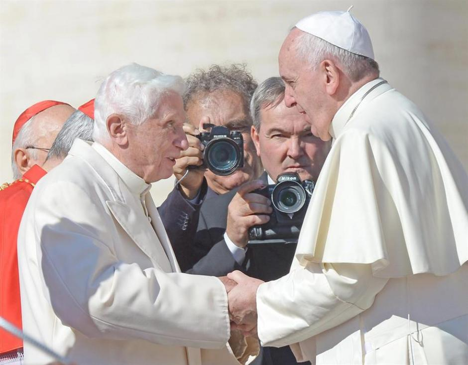 Benedicto XVI y el Papa Francisco, icónica imagen de los dos papas de la Iglesia