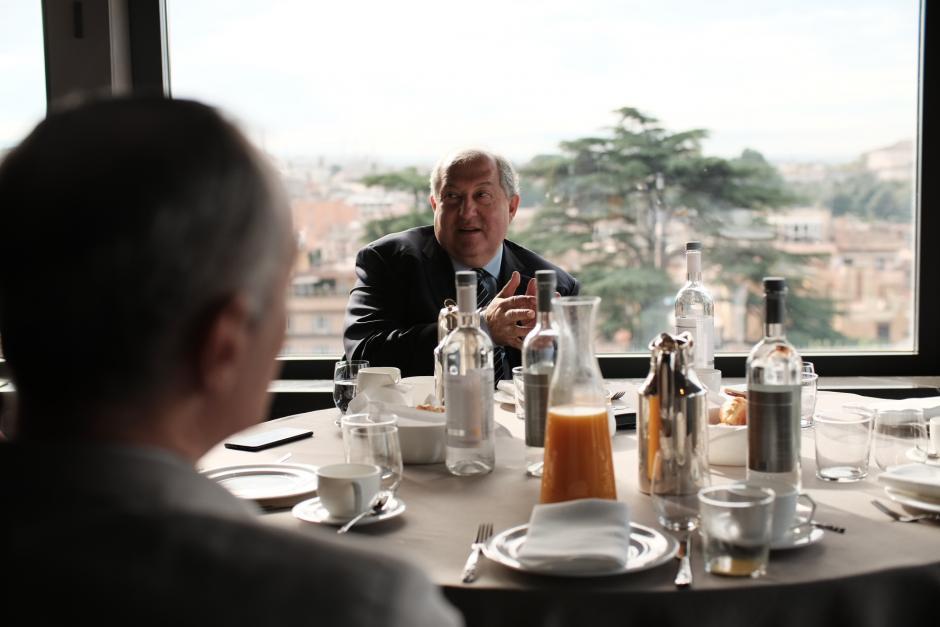 El presidente de Armenia, Armén Sarkissian en una comida informativa
